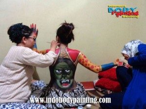 Training Indo body painting with 2 artist